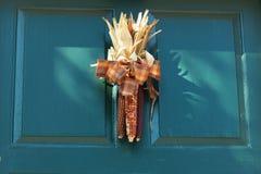 与秋天装饰的门 图库摄影