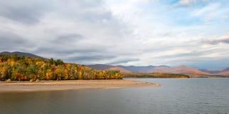 与秋天颜色和剧烈的天空Catskills的Ashokan水库 图库摄影