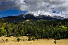 与秋天颜色和新鲜的雪的Humphreys峰顶 免版税图库摄影