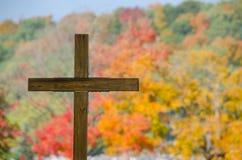 木公墓十字架和秋天颜色树 库存图片