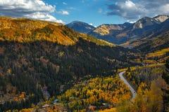 与秋天颜色的山脉 库存图片