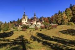 与秋天颜色的惊人的著名皇家城堡, Peles城堡,锡纳亚,特兰西瓦尼亚,罗马尼亚,欧洲 免版税库存照片