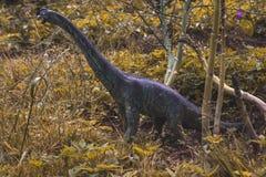 与秋天颜色的玩具恐龙 库存照片