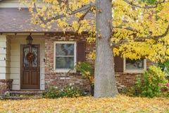 与秋天颜色的美丽的槭树在房子前面 库存图片