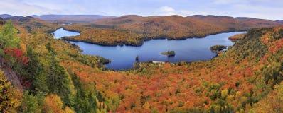 与秋天颜色的Mont Tremblant国家公园全景 免版税库存图片