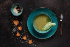 与种子、心形薄脆饼干和新调味料的素食花椰菜和硬花甘蓝自创奶油汤 关闭,顶视图 库存图片