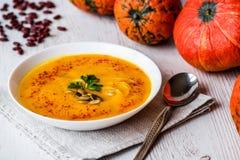 与种子和荷兰芹的南瓜汤 素食主义者食物 库存照片