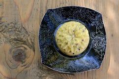 与种子的工匠乳酪以在板材的一朵花的形式 免版税图库摄影