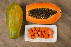 与种子的新伐水多的热带番木瓜mamao果子在巴西 免版税图库摄影