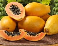 与种子的新伐水多的热带番木瓜mamao果子在巴西 免版税库存图片