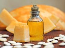 与种子的新鲜的南瓜籽油 免版税库存照片