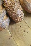与种子的美丽的金黄面包在厨房用桌上 库存图片