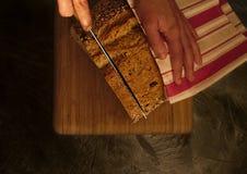 与种子的自然面包在木桌 库存照片