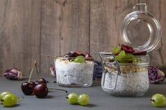 与种子的酸奶chia和莓果 库存图片