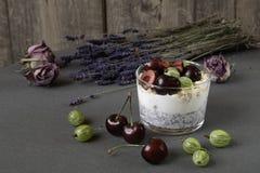 与种子的酸奶chia和莓果 库存照片