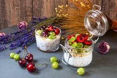 与种子的酸奶chia和莓果 免版税库存照片