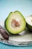 与种子的整个和被对分的鲕梨 免版税库存图片