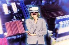 与科学概念的连接技术,少妇激发享用虚拟现实冒险的世界  抽象数字式后面 库存照片