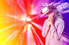 与科学概念的连接技术,少妇激发享用虚拟现实冒险的世界  抽象数字式后面 免版税库存图片