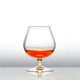 与科涅克白兰地被填装的一口威士忌酒的A 库存照片