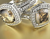 与科涅克白兰地金刚石的定婚戒指 背景黑色织品金珠宝银 库存照片