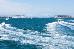 与科罗纳多海湾桥梁和小船的圣地亚哥海湾 库存图片