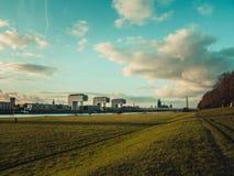 与科隆大教堂、Rheinauhafen和起重机的科隆都市风景 库存照片