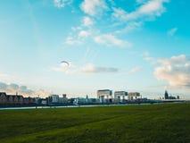 与科隆大教堂、Rheinauhafen和起重机的科隆都市风景 库存图片
