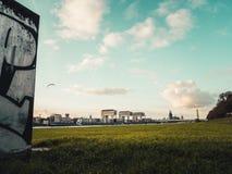 与科隆大教堂、Rheinauhafen和起重机的科隆都市风景 图库摄影