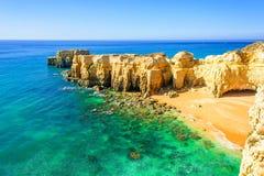 与秘密沙滩的美好的海视图在阿尔布费拉附近在阿尔加威,葡萄牙 库存图片