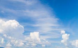 与积云和卷云的天空蔚蓝 库存照片