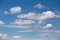 与积云和层状云彩的天空 库存图片