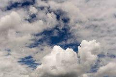 与积云的多云天空 库存照片