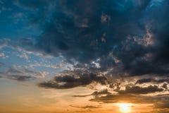 与积云的美好的五颜六色的日落与鸟 库存照片