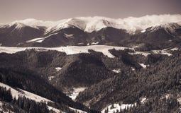 与积雪的山的美好的冬天风景 免版税库存图片