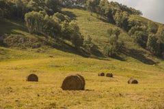 与秸杆大包的美好的风景在山的秋天 免版税库存图片