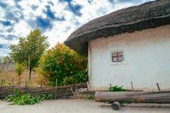 与秸杆屋顶的古老传统乌克兰农村村庄 库存图片