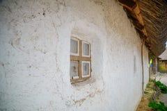 与秸杆屋顶的古老传统乌克兰农村村庄 免版税库存照片