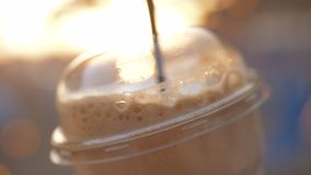 与秸杆的外带的冷的咖啡 影视素材