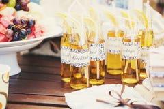 与秸杆的婚礼鸡尾酒喝的 免版税库存图片