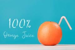 100与秸杆的新鲜的橙汁 免版税图库摄影