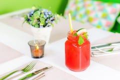 与秸杆的新鲜的西瓜汁在瓶子,等量 库存图片