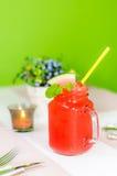 与秸杆的新鲜的西瓜汁在瓶子 免版税库存图片