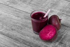 与秸杆的新鲜水果圆滑的人 在桌背景的被混和的甜菜根 液体开胃菜 切甜菜 复制空间 免版税库存照片