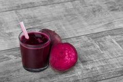 与秸杆的新鲜水果圆滑的人 在桌背景的被混和的甜菜根 液体开胃菜 切甜菜 复制空间 库存图片