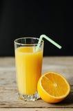 与秸杆的橙汁 图库摄影