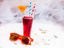 与秸杆的红色凉快的刷新的夏天饮料在长的玻璃和su 免版税库存照片