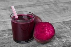 与秸杆的菜鸡尾酒 在木背景的红色甜菜鸡尾酒 健康的开胃菜 桃红色汁液 复制空间 图库摄影