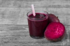 与秸杆的菜鸡尾酒 在木背景的红色甜菜鸡尾酒 健康的开胃菜 桃红色汁液 复制空间 免版税库存图片