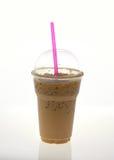 与秸杆的被冰的咖啡在白色背景的塑料杯子 免版税图库摄影